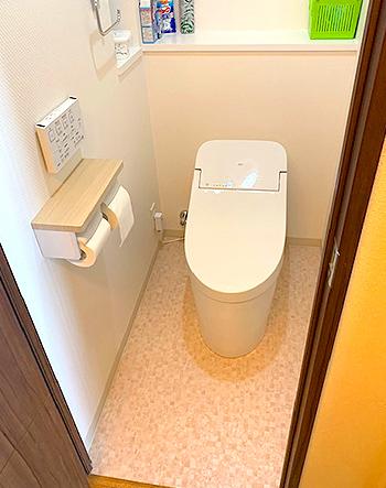 トイレの入れ替えに合わせ、床やクロスの張り替えも行い、清潔感が生まれました。
