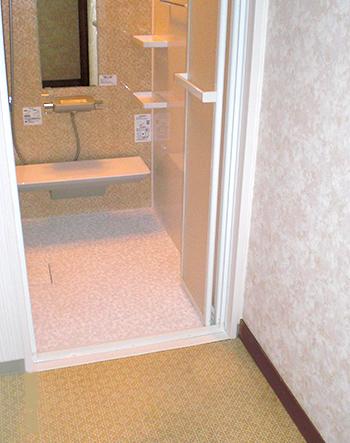 浴室暖房乾燥機を設置したことで温かい浴室になりました。また、入口をフラットにして出入りが楽になりました。